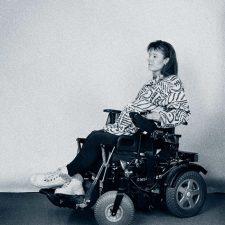 Schwangere Frau im Rollstuhl
