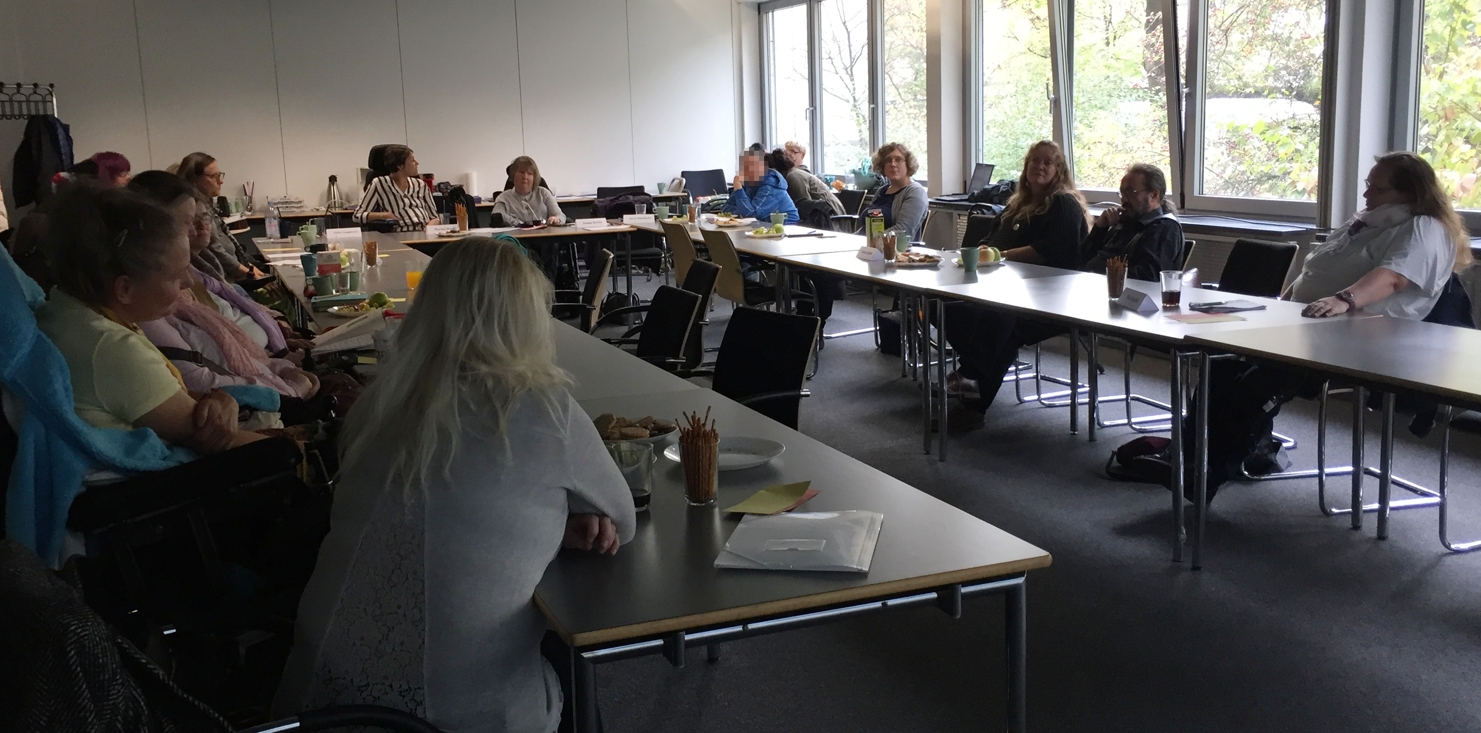 Netzwerkfrauen sitzen beimPlenum zusammen und beraten