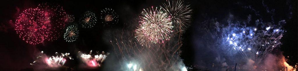 Eine Collage von Feuerwerksraketen, die den Nachthimmel über München erleuchten.