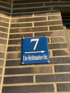 Hausnummernschild Ute-Strittmatter-Straße 7 auf Klinker-Wand