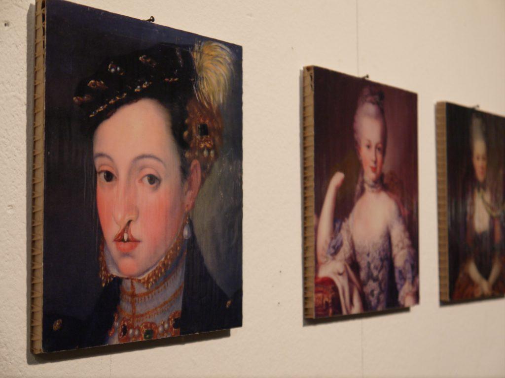 Bilder von Katrin Bittl: Übermalungen (Herzogin mit Hasenscharte; Marie-Antoinette mit Armstumpf; Dame mit Beatmung)