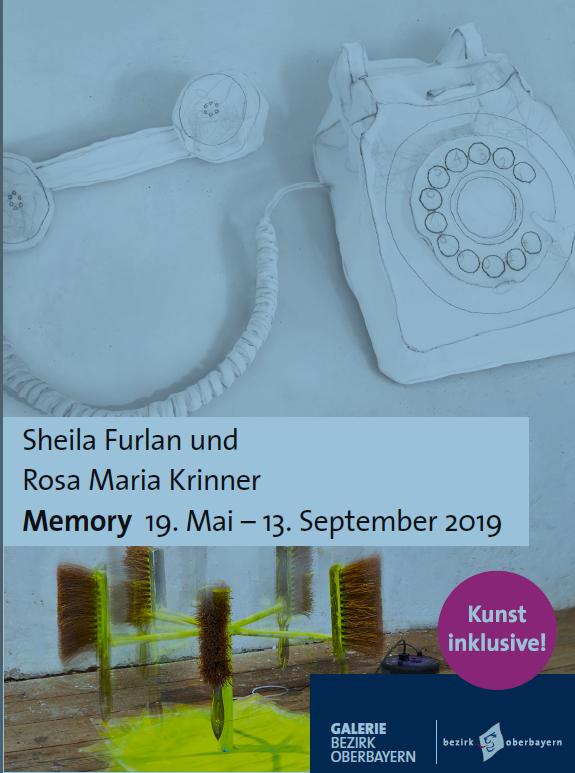 """Plakat zur Kunst-Ausstellung Memory. In Seide verpacktes Telefon und """"Bekehrmaschine"""""""