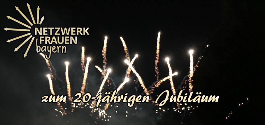 """Goldenes Feuerwerk züngelt in den Nachthimmel, dabei ist mittig zu lesen: """"zum 20-jährigen Jubiläum"""". Oben links schimmert golden das Logo der Netzwerkfrauen."""