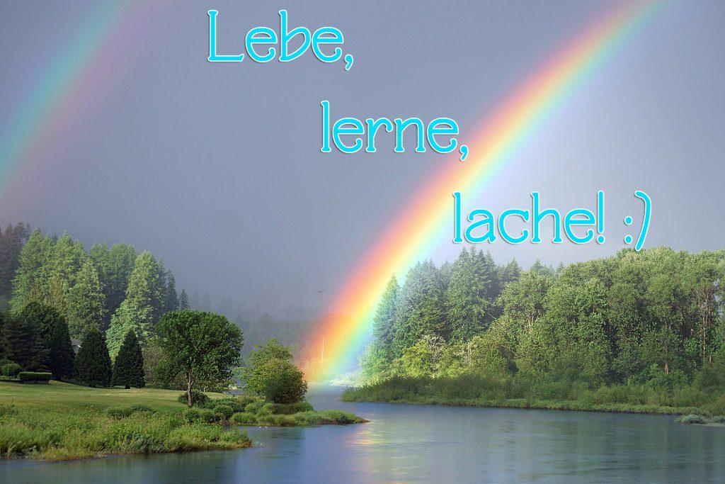 Doppel-Regenbogen über einem Flusslauf im Wald. Darüber steht: Lebe, lerne, lache!