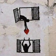 schwarz-weiß Bild - 2 geöffnete Fenster, eine Dame reicht der anderen Dame ein rotes Herz nach unten
