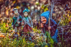 Figuren Hänsel und Gretel, sowie die Hexe im Gras